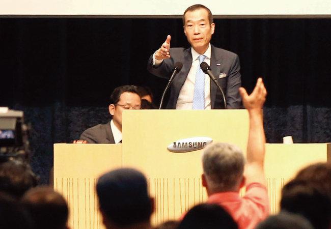 2015년 7월 17일 서울 서초구 강남대로 aT센터에서 열린 삼성물산 임시주주총회에서 최치훈 당시 사장이 한 주주를 지목하며 발언권을 주고 있다. [동아DB]