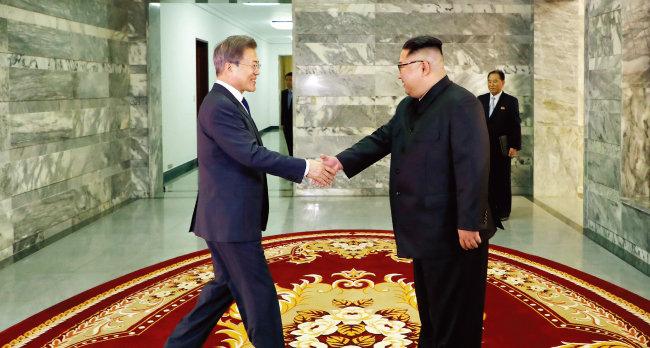 5월 26일 북측 통일각에서 열린 남북정상회담. 문재인 대통령(왼쪽)과 김정은 국무위원장이 악수를 나누고 있다. [청와대사진기자단]