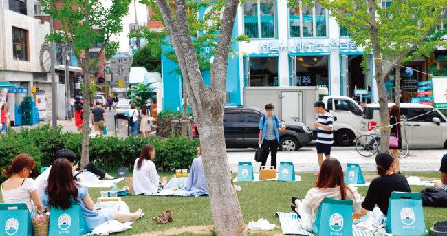 서울 마포구 연남동 경의선 숲길 공원에서 제주맥주의 '비어 피크닉세트'를 빌려 시간을 보내는 사람들.
