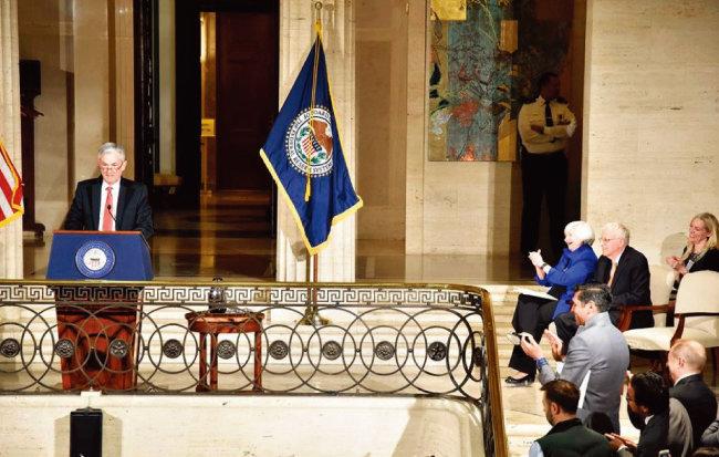 2월 1일(현지시각) 미국 워싱턴 연방준비제도이사회 본관에서 열린 재닛 옐런 의장 송별 행사에서 제롬 파월 신임 의장(왼쪽)이 옐런 의장의 스타일을 따라 옷깃을 세운 채 연설하고 있다. [사진 제공 · 미국 연방준비제도]