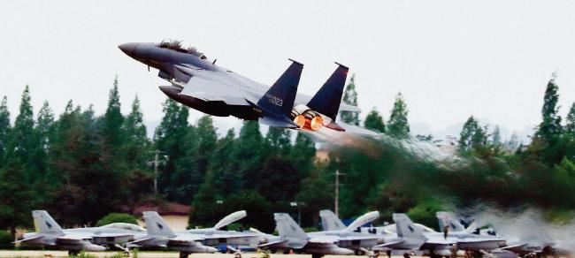 5월 16일 광주 공군 제1전투비행단 활주로에서 한미 공군 연합공중훈련인 '맥스선더'에 참가한 F-15 전투기가 이륙하고 있다. 미국은 올해 최강의 스텔스 전투기인 F-22 랩터 8대를 보냈다. [동아DB]