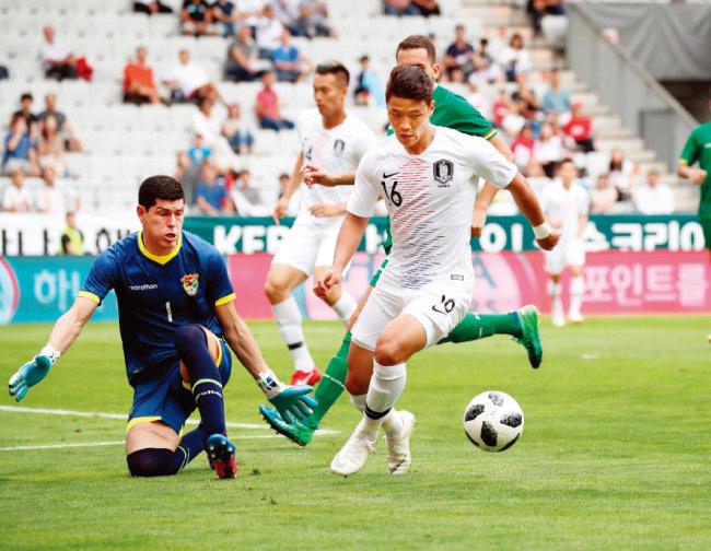 6월 7일 오스트리아 인스부르크 티볼리 스타디움에서 열린 볼리비아와 평가전에서 황희찬(오른쪽)이 골키퍼의 마크를 피하고 있다. [동아DB]