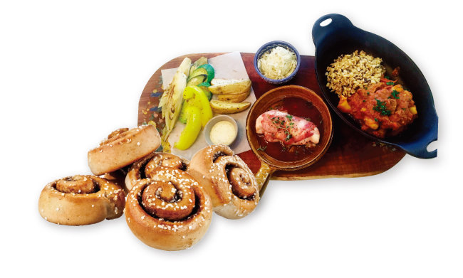 오븐으로 요리할 수 있는 푸짐한 가정식(위)과 피카에 빠질 수 없는 시나몬 롤.