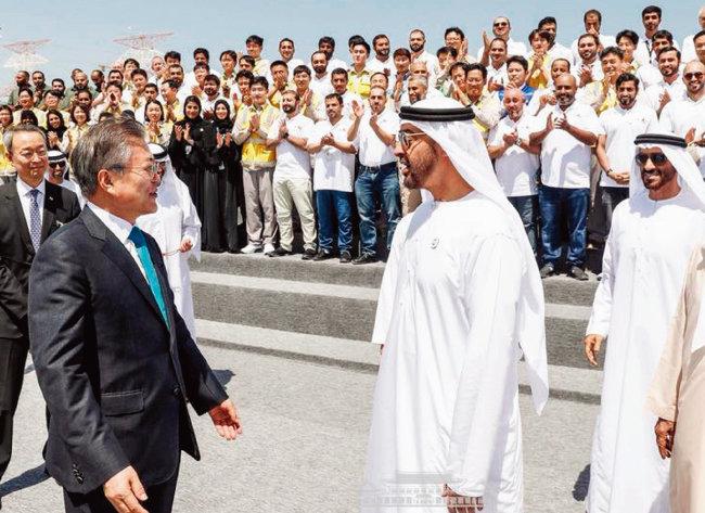 정부는 원전 수출에 적극 나서겠다는 방침이지만 계획만큼 쉽지 않을 것이란 우려가 나오고 있다. 사진은 문재인 대통령이 3월 준공된 아랍에미리트 바라카 원전을 방문했을 때 모습. [뉴스1]