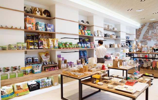 '비쇼네'에서는 다양한 반려동물 용품을 쇼핑하면서 반려견 미용 및 스파 서비스도 받을 수 있다.