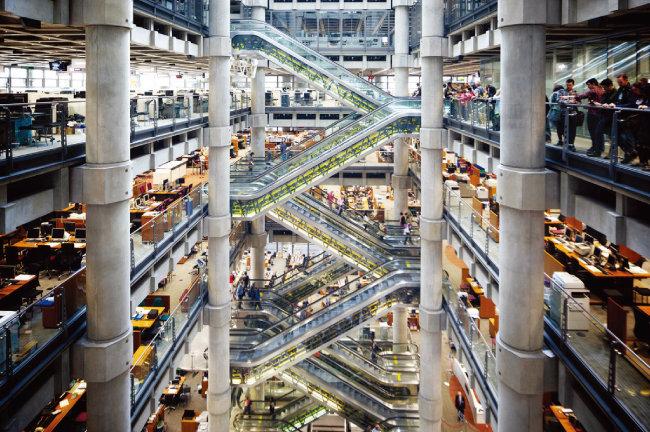 영국 런던 로이드 빌딩 내부. 빌딩 중심을 비운 보이드 공간으로 돼 있어 다른 층에 있는 동료 직원들과 시각적 소통이 가능하다. [사진 제공 · 을유문화사]