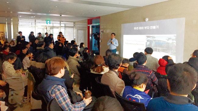 존 리 대표가 지난겨울 서울 종로구 북촌에 있는 메리츠자산운용 본사에서 일반인을 대상으로 노후 준비 관련 강의를 하고 있는 모습. [사진 제공 · 메리츠자산운용]