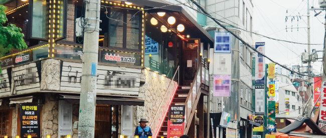 서울 노량진 골목 입구. 큰 음식점부터 노래방, 카페 등 여느 번화가와 다를 바 없는 분위기다. [박세준 기자]