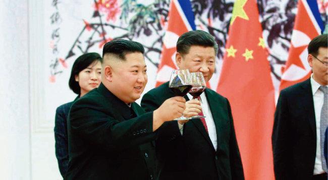 중국은 김정은 북한 국무위원장이 돌아간 후 그의 방중 사실을 밝히던 관례를 깨고 6월 19일 당일 김 위원장이 베이징에 도착한 것을 언론에 알렸다. 이는 북·중 관계가 탄탄하다는 점을 자랑해 도널드 트럼프 미국 대통령의 대북전략을 뒤흔들려는 양측의 전략으로 보인다. [뉴시스]