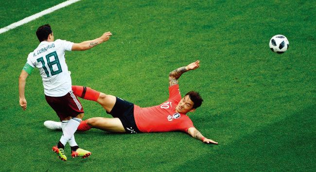 6월 23일 멕시코와 일전에서 핸드볼 반칙을 범한 장현수. [동아DB]
