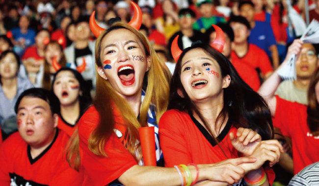 서울 광화문 거리응원에 나선 사람들이 한국 대표팀의 첫 골에 환호하고 있다. [뉴시스]