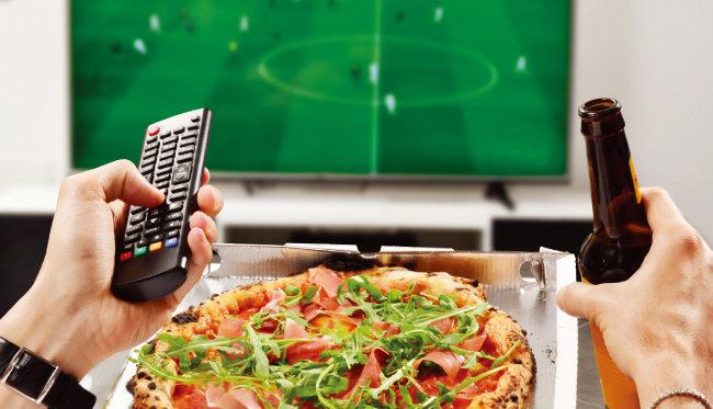 TV나 영화를 보면서 식사하면 평소보다 더 많은 양의 음식을 섭취하게 된다. [shutterstock]