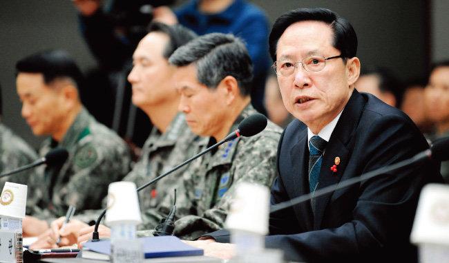 전방의 K-9 포대 공사와 철매-2 PIP 사업 중지를 지시하고 공격원잠 사업도 추진하지 않고 있는 송영무 국방부 장관. [동아DB]
