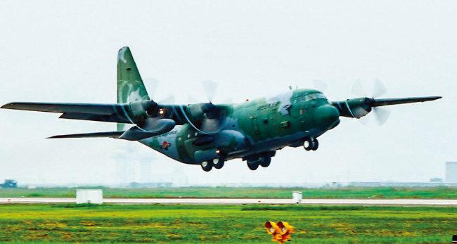 7월 3일 남북 통일농구경기 참가단을 태우고 평양 순안비행장에 착륙한 공군 C-130H 수송기. 미국과 유엔 안전보장이사회의 대북제재를 피하고자 정부는 공군기로 방북단을 보내고 있다. [동아DB]