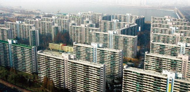 정부의 재건축 규제로 2억~3억 원가량 호가가 빠진 서울 송파구 잠실주공5단지. [동아DB]