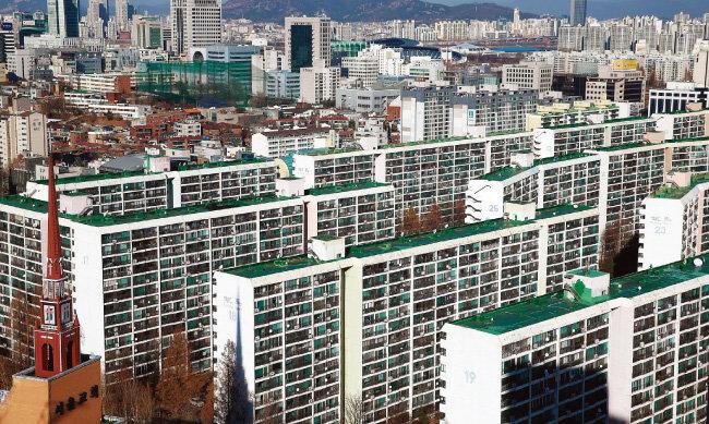재건축 중단으로 매매가가 급격히 떨어진 서울 강남 대치동 은마아파트 전경. [동아DB]