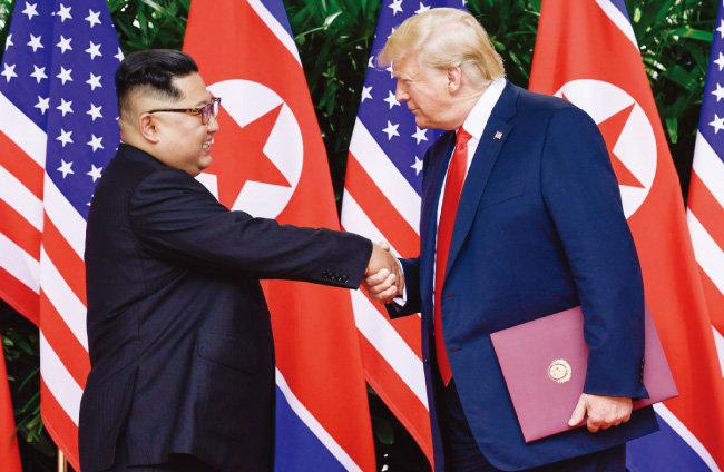 6월 12일 싱가포르 센토사섬 카펠라 호텔에서 열린 북·미 정상회담을 마치고 도널드 트럼프 미국 대통령(오른쪽)과 김정은 북한 국무위원장이 악수하며 작별 인사를 하고 있다. [싱가포르=AP 뉴시스]