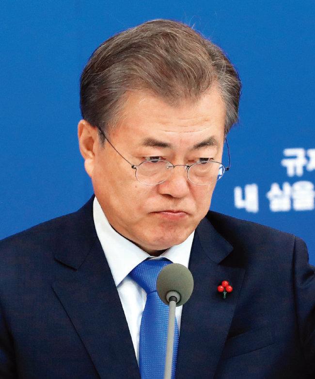 1월 22일 문재인 대통령이 청와대에서 열린 '규제혁신 대토론회'에 참석해 굳은 표정으로 생각에 잠겨 있다. [청와대사진기자단]