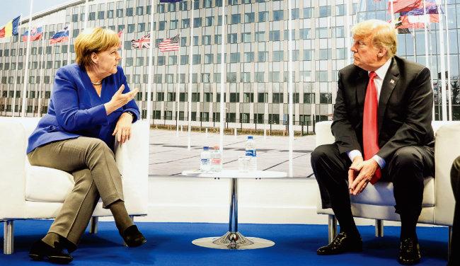 도널드 트럼프 미국 대통령(오른쪽)과 앙겔라 메르켈 독일 총리가 NATO 정상회의 중 별도로 회담하고 있다. [독일총리실]