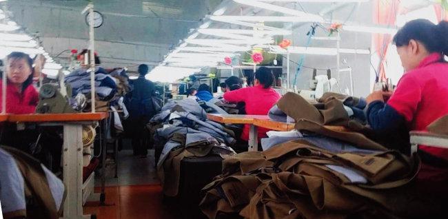 한국인이 주인인 중국 단둥의 의류공장에서 북한 노동자들이 작업을 하고 있다. 단둥 지역에서만 600명 이상의 북한 노동자가 한국인 사장에게 고용돼 일하고 있다. [단둥=김용균 채널A 기자]