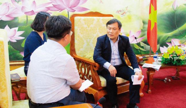 기자와 인터뷰하고 있는 부 다이 탕 베트남 기획투자부 차관(오른쪽).