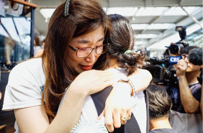 KTX 해고 승무원들이 7월 21일 서울역 앞 천막농성장에서 서로를 안아주고 있다. [동아DB]