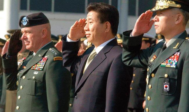 노무현 대통령과 갈등을 빚었던 남재준 당시 육군참모총장(오른쪽). [동아DB]