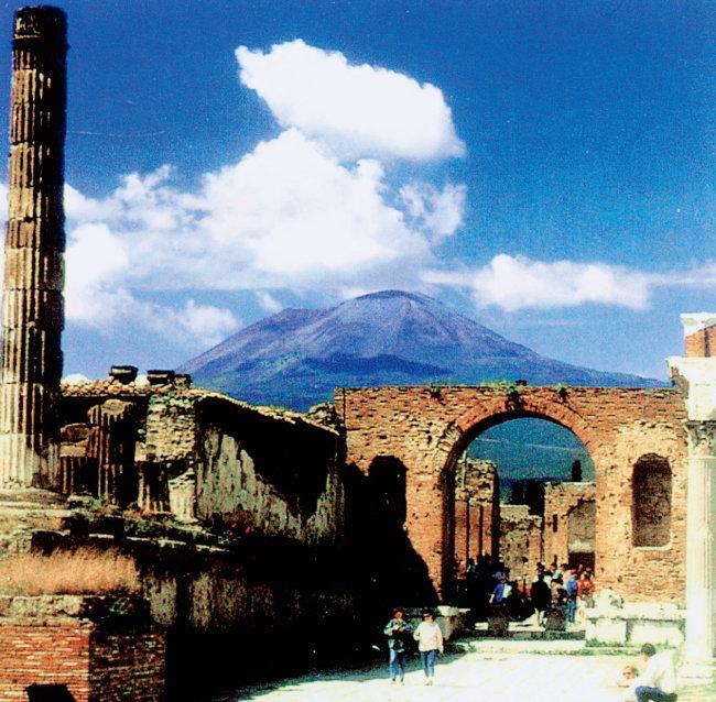 79년 베수비오 화산의 폭발로 1700년 동안 용암과 화산재에 묻혀 있다 발굴된 폼페이 시가. 멀리 베수비오 화산이 보인다. [동아DB]