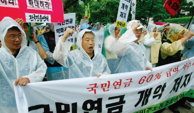 2003년 참여정부가 국민연금 소득대체율 축소를 추진하자 한국노총 및 민주노총 노조원들이 반대 시위를 벌이는 모습. [동아DB]