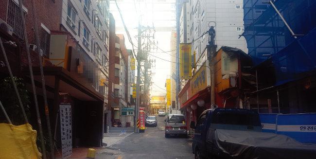 오피스텔촌으로 변신 중인 이화여대 정문 앞 간선도로.