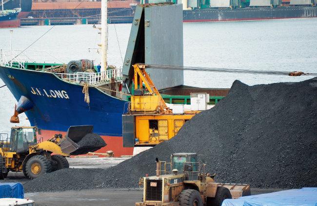 지난해 북한산 석탄을 국내에  반입한 의혹을 받고 있는 진룽호가 8월 7일 오후 경북 포항신항에 입항해 러시아에서 싣고 온 석탄 하역작업을 하고 있다. [동아DB]