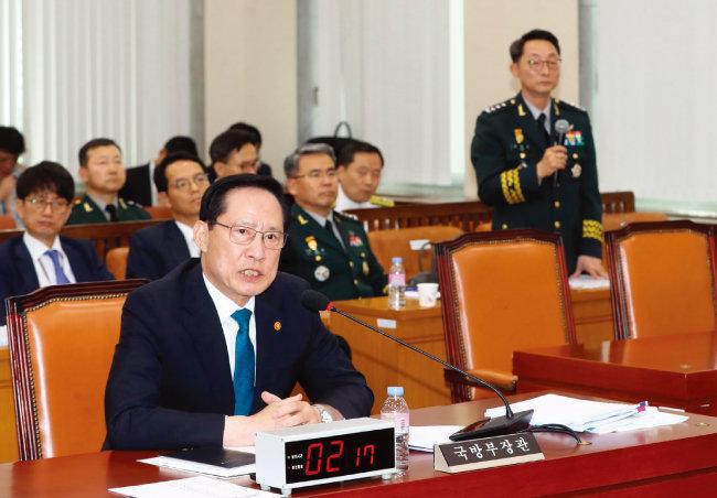 7월 24일 오후 국방위원회에 출석한 송영무 국방부 장관(맨 앞)과 이석구 전 국군기무사령관이 계엄 문건에 대해 의원들의 질의에 답하고 있다. [동아DB]
