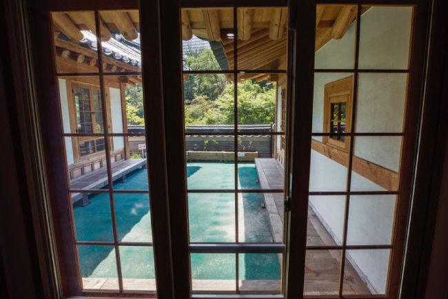 복도를 지나면 유리창문을 통해 추녀와 툇마루가 설치된 1층 안마루와 바깥 경치를 볼 수 있다.