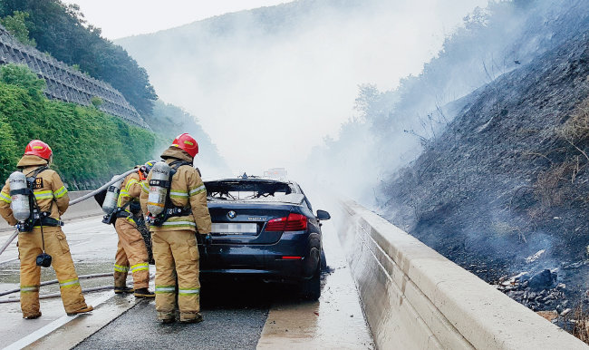 8월 20일 경북 문경에서 주행 중이던 BMW 520d 차량에 불이 붙어 소방관들이 진화 작업을 하고 있다. [동아DB]