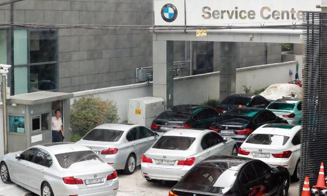 BMW코리아가 리콜(결함 시정)을 시작한 8월 20일 서울 서초구 BMW한독모터스 방배서비스센터가 리콜 차량으로 붐비고 있다. [동아DB]