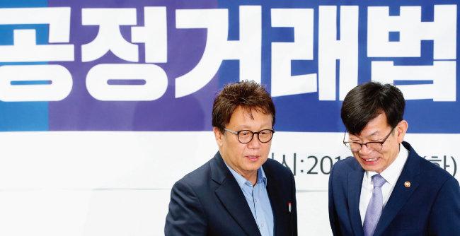 민병두 국회 정무위원장(왼쪽)과 김상조 공정거래위원장이 8월 21일 국회에서 열린 공정거래법 전면개정 당정협의에서 대화하고 있다. [뉴스1]
