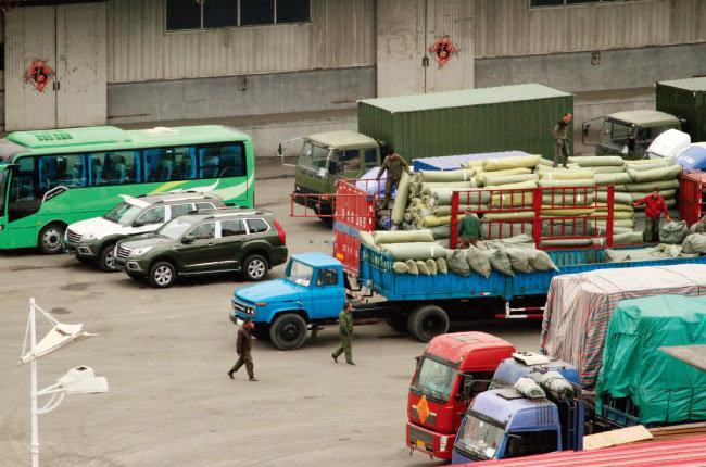 국 단둥에서 북한으로 가기 위해 국경 검문소에서 대기 중인 화물 트럭들. [AP=뉴시스]