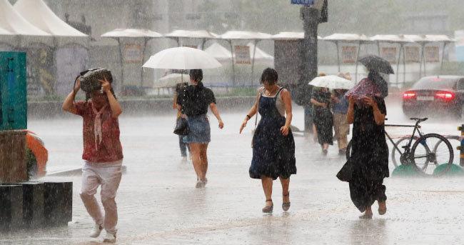 8월 12일 태풍 '야기'의 영향으로 갑자기 소나기가 내린 서울 세종대로 일대 모습. [동아DB]