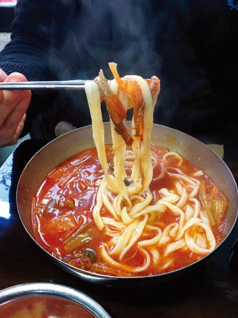 얼큰한 맛이 일품인 육개장칼국수. [사진 제공·김민경]