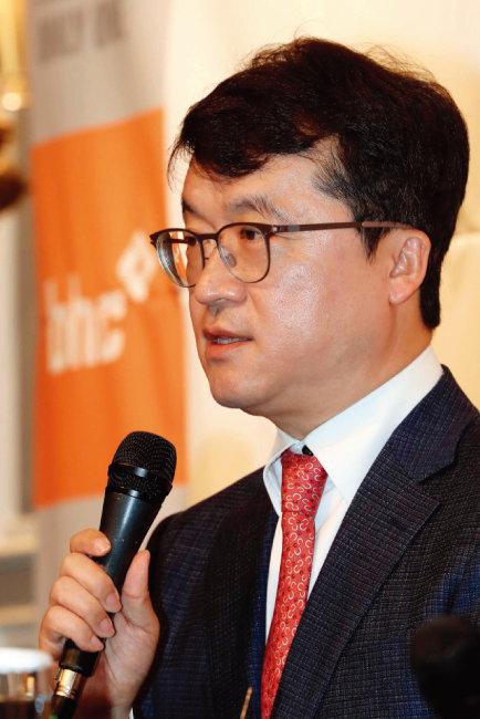 4월 13일 열린 'bhc 2018 성과공유경영 실천 기자간담회'에 참석한 박현종 bhc 회장. [뉴시스]
