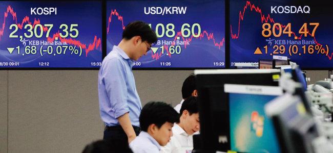 8월 30일 오후 서울 중구 KEB하나은행 딜링룸에서 딜러들이 업무를 보고 있다. [뉴시스]