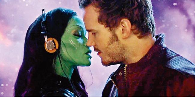 '가디언즈 오브 갤럭시'에서 피터 퀼(오른쪽)이 사랑하는 여인 가모라(조 샐다나 분)에게 자신의 녹음테이프를 들려주며 키스하고 있다. [사진 제공 · IMDB]