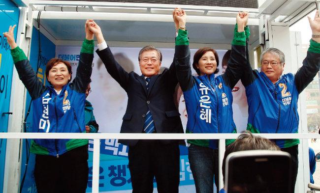 2016년 4월 10일 더불어민주당 문재인 전 대표(왼쪽에서 두 번째)가 경기 일산동구 중앙로 일산문화공원에서 열린 고양정 김현미(맨 왼쪽), 고양병 유은혜 후보 지원유세에 나서고 있다. [동아DB]