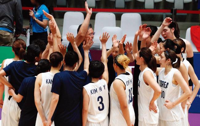 여자 농구 결승 중국과 경기에서 패한 남북단일팀이 구호를 외치며 아쉬움을 달래고 있다. [뉴시스]