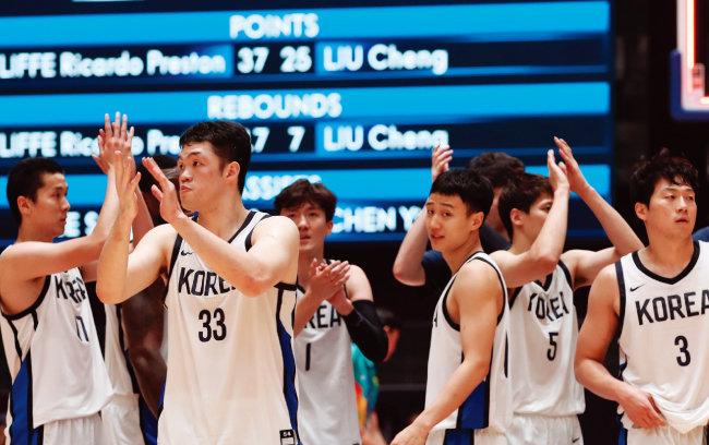 남자 농구 동메달 결정전 대한민국과 대만의 경기에서 대한민국 선수들이 동메달을 획득하고  박수를 치고 있다. [뉴스1]