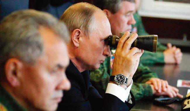 블라디미르 푸틴 러시아 대통령이 망원경으로 '자파드 2017' 훈련 모습을 지켜보고 있다. [크렘린궁]