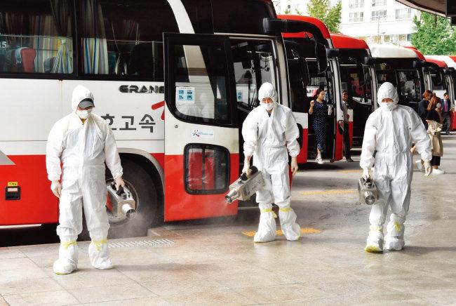 광주종합버스터미널에서 보건당국 관계자들이 메르스(MERS·중동호흡기증후군) 방역 작업을 하고 있다. [뉴스1]