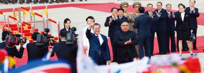 남북정상회담을 위해 9월 18일 오전 평양 순안공항에 도착한 문재인 대통령과 김정숙 여사가 공식 환영식에서 김정은 국무위원장, 리설주 여사와 함께 평양시민들의 환영을 받고 있다. [평양사진공동취재단]