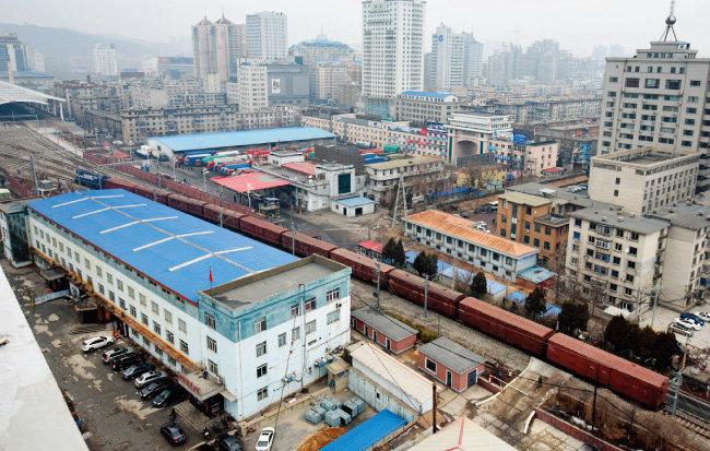 북한과 중국을 오가는 북한 화물 열차가 단둥역으로 진입하고 있다. [뉴시스]