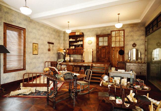 헤리티지 앨리에는 시몬스 창업자 젤몬 시몬스의 침대 공방인 아틀리에와 젤몬 시몬스 2세의 슬립 리서치 연구센터를 재현해놓았다.
